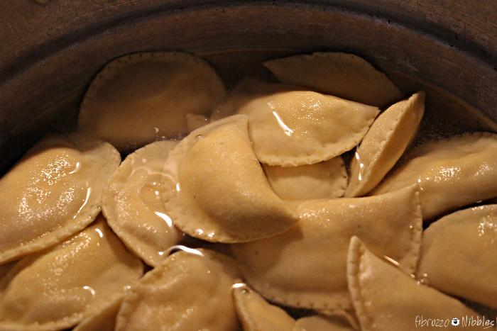 Ravioli abruzzesi in cottura