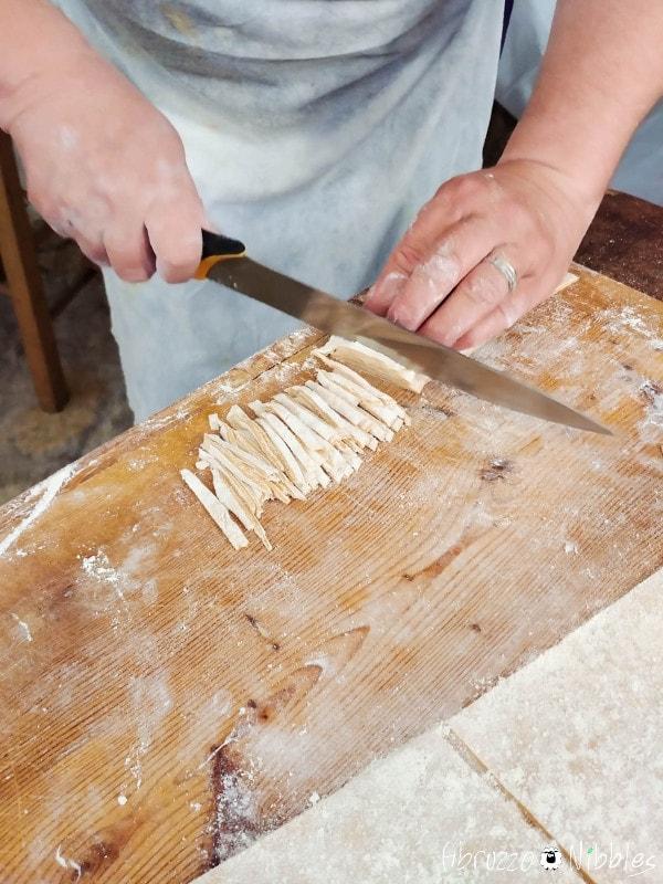 La signora Angela prepara le sagne con la farina di solina