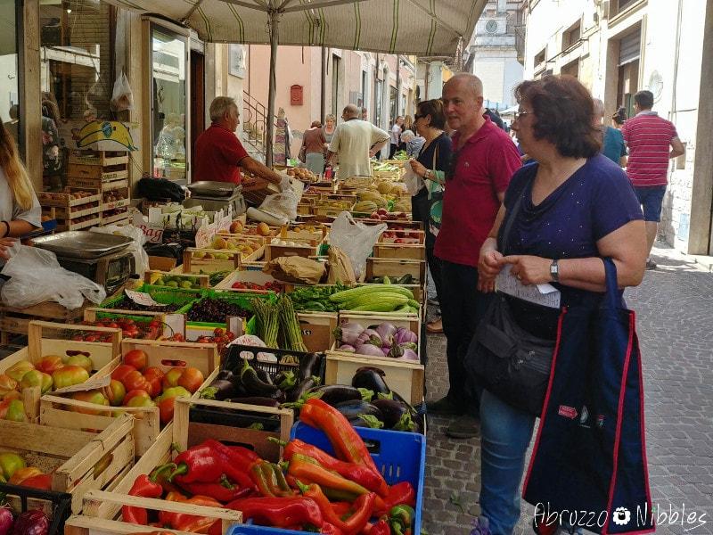 Fra le bancarelle del mercato a Pratola Peligna