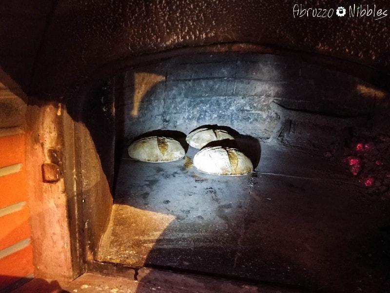 Pagnotte di pane di solina nel forno a legna