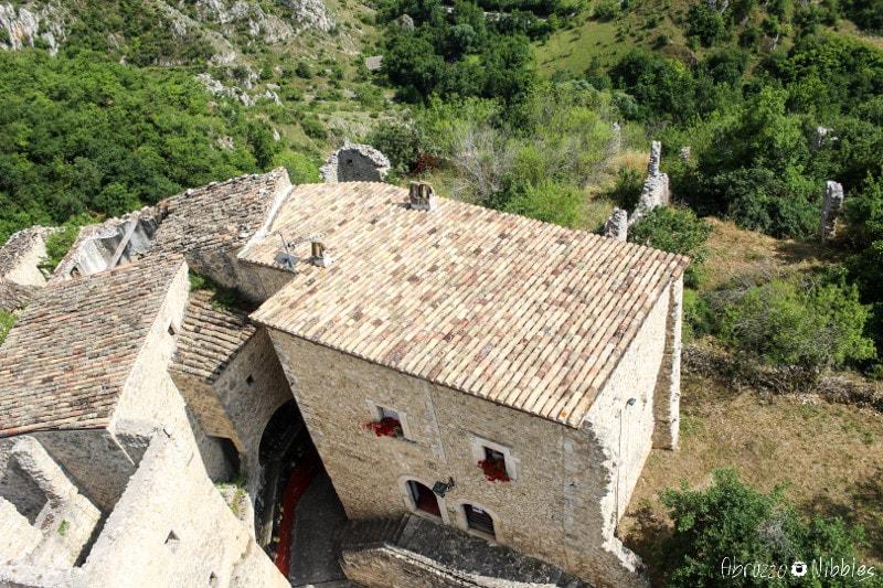 Il castello di Beffi e i resti delle sue mura difensive