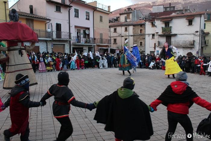 Il ballo delle pupazze in piazza a Villavallelonga, L'Aquila, Abruzzo
